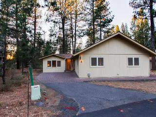 Welcoming home w/ private hot tub, SHARC passes & entertainment, great location!
