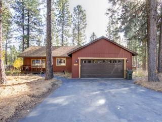 Woodland home on one acre w/ hot tub, deck & bikes - 50 yds to Deschutes River!