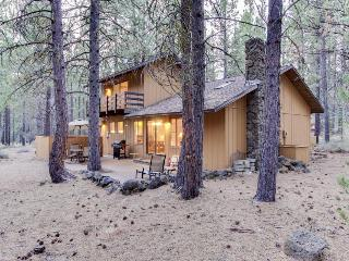 Pet-friendly abode w/ private hot tub & access to SHARC!, Sunriver