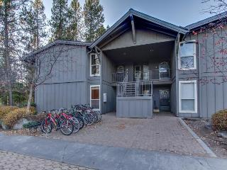 Sunriver condo close to the Village w/ spacious deck & SHARC access