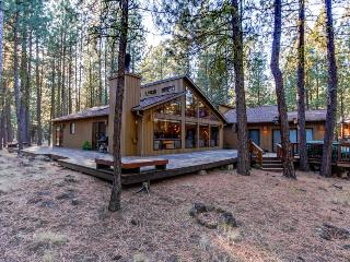 Contemporary Northwest home w/amazing deck, on-site golf and shared pool, sauna!