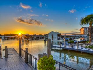 Upscale lakefront resort condo w/lake views, shared pool, & day dock!, Horseshoe Bay