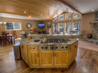 Luxury Pet Friendly Mountain Home with Private Hot Tub (MK04), Stateline