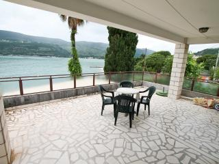 Apartment on the sea shore in Herceg Novi