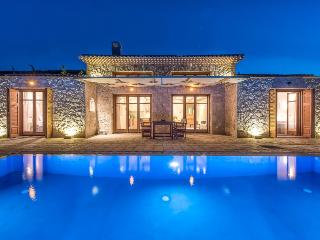 Fantasia - Traditional Villa With Private Pool, Korithi