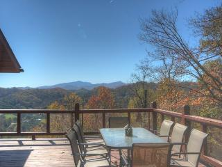 3BR Cozy, Secluded Mountain Log Cabin, Year-Round Views, Exposed Beams, Fireplace, Fire Pit, Wraparound Deck, Vilas