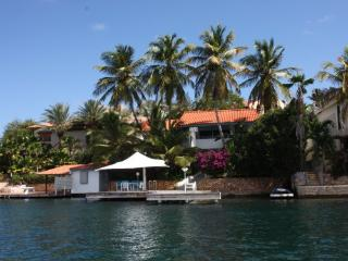 luxury 3 bedroom villa, directly located at the water's edge on a peninsula, Curaçao