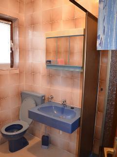 SA2(3): bathroom with toilet