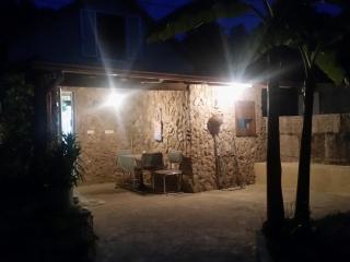 Portal exterior que comunica con jardín y zona  de aparcamiento