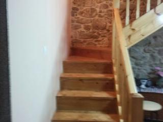 Escalera comunica comedor con habitaciones
