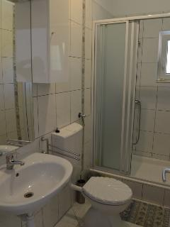 H(7+1): bathroom with toilet