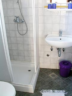 A2(2+3): bathroom with toilet