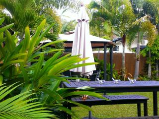 Trinity Tropical Oasis, nr beach , pool, spa bath, Trinity Beach