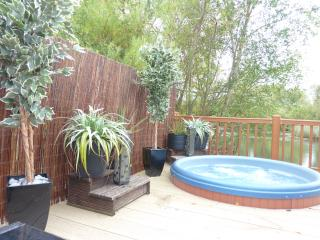 Tally Ho 2 ! Luxury Let; hot tub, fishing and wifi, Tattershall