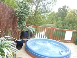 Tally Ho 2 Luxury let Prime lakeside location with hot tub and private fishing, Tattershall