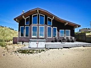 OCEAN BREEZE~Relax in the hot tub at this ocean front luxury home, Manzanita