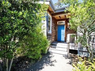 VALENTINE'S HOUSE~MCA#525~Elegantly duplex just a block to the beach., Manzanita