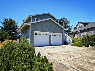 SEA ESCAPE~A golfer's dream! Spacious home with golf course view and hot tub!, Manzanita