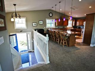 SEA ESCAPE~ MCA# 898 ~Spacious home with golf course view and hot tub!, Manzanita