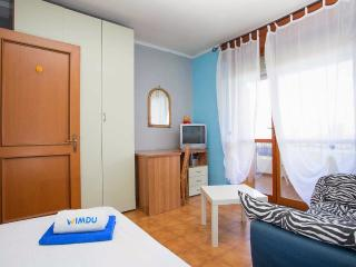 Room single bed with balcony in private apartment