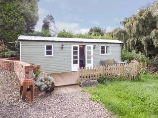 THE SHEPHERD'S REST, studio, woodburner, decked area, WiFi, Ironbridge Gorge, Re