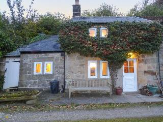 SWALLOW COTTAGE, charming character cottage with woodburner, WiFi, Sky TV, romantic views, Bakewell, Ref. 929910