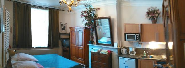 Studenten-Zimmer Nr. 4. Neben 3 Zimmer. 2.. OG. eine gefaltete Bett kann dazugestellt werden.