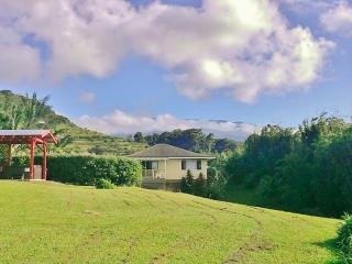 Spacious Ocean/Mountain View Cottage. Private Island Retreat. Fully permitted., Haiku