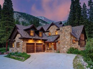 Enjoy Private Hot Tub, Spectacular Mountain Views & Den w/ Billiards