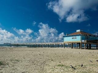 Bright & Contemporary Studio in Port A – Walk to the Beach and Town!, Port Aransas