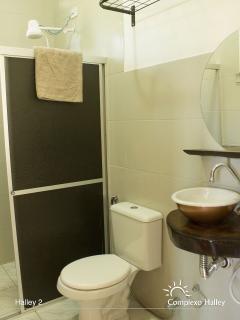 Banheiro com chuveiro elétrico.