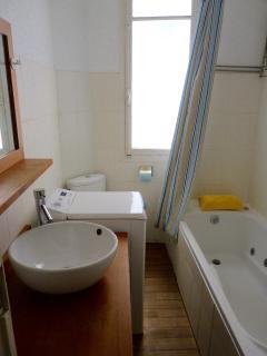 Salle de bain avec baignoire, machine à laver le linge 7kg, radiateur mural