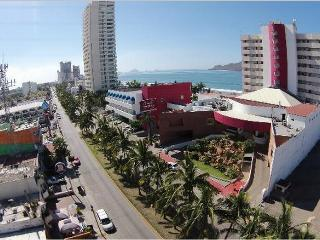 NICE & COZY HOUSE, CLOSE TO THE BEACH, GOLDEN ZONE, Mazatlán