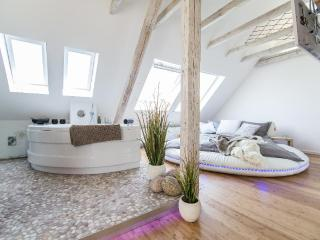 LLAG Luxury Vacation Apartment in Essen - 377 sqft, Datingsuite with spa, 3D TV and Sonos (# 2449)