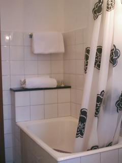 vasca da bagno con ripiano in marmo nero
