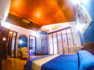 Habitación suite con techo abuhardillado