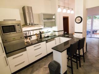 15 min to center, modern 2BR apartment & terrace, Prague