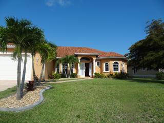 Gorgeous Villa, golf canal, saltw. pool/SPA, BBQ, Cape Coral