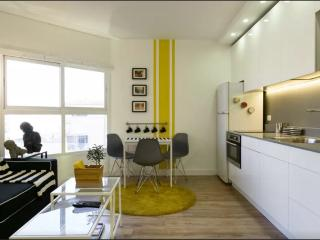 Designer's beach apt with parking, Tel Aviv