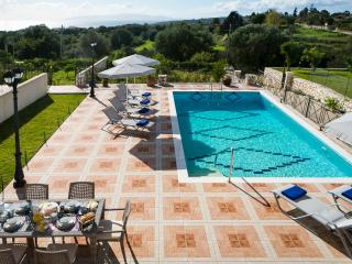 SPACIOUS VILLA OVERLOOKING THE BLUE IONIAN, Sarlata