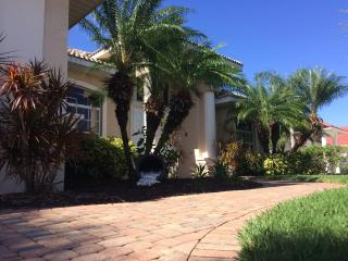 STUNNING VILLA WITH GULF ACCESS, POOL AREA WITH JACUZZI, SEA RAY SPORT BOAT, Cape Coral