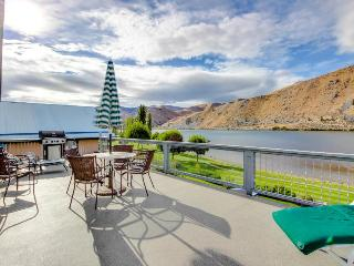 Comfy waterfront home w/ Columbia River views & shared hot tub and pool!