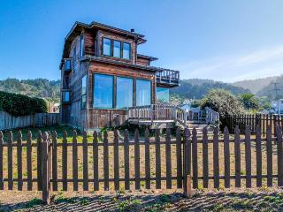 Oceanfront home with gorgeous views near trails to the beach!, Westport