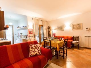 Accogliente zona soggiorno e pranzo, con due comodi divani,TV , tavolo con 6 sedie e annessa cucina.