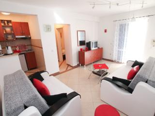 Apartment with large terrace, 100m from the beach, Rafailovici