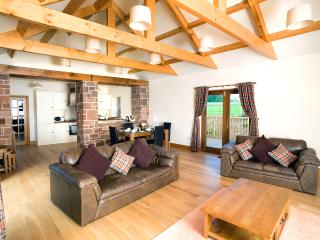 DISTILLERY COTTAGES (THE TACKROOM)With Hot Tub, Annan