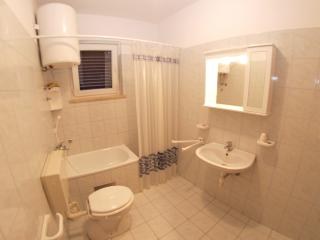Apartment 965, Peroj