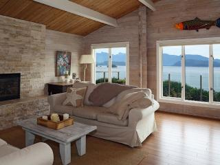 Sunshine Coast Cottage with sweeping ocean view, Gibsons