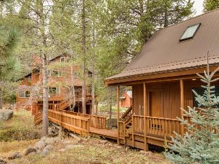 Main house + separate unit for 13 w/ firepit and hot tub!, Truckee