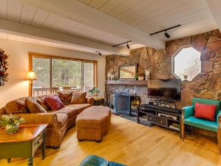 Creekside spot near golfing, skiing, & Donner Lake! Hot tub!, Truckee